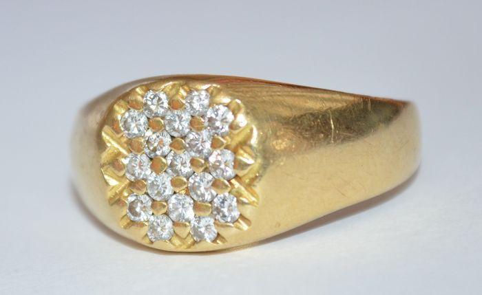 Catawiki Online-Auktionshaus: Gelbgoldener Herrenring besetzt in einem Siegel mit 17 Diamanten im Brillantschliff von 0,03 ct.