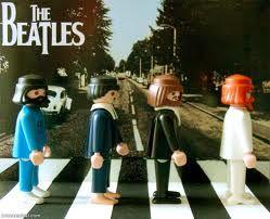 De overbekende platenhoes van The Beatles maar dan met Playmobil figuren!