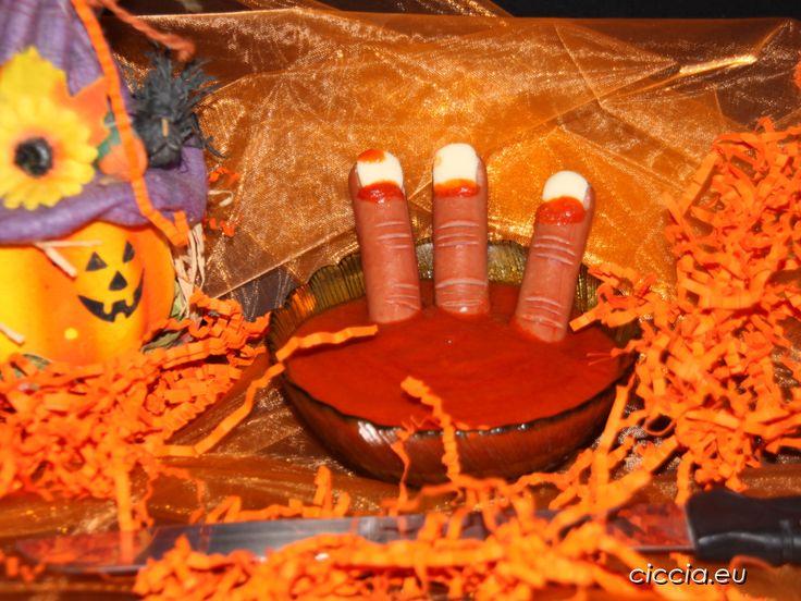 Le dita di strega con wurstel sono una ricetta di Halloween semplice,veloce e terrificante. Per rendere le dita di strega mozzate usate sul wurstel pomodoro..