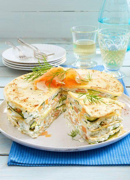 5 Pfannkuchen backen, mit Lachsfrischkäse und gebratenem Gemüse zu einer Torte schichten - fertig ist der Hit für den Sonntagsbrunch.