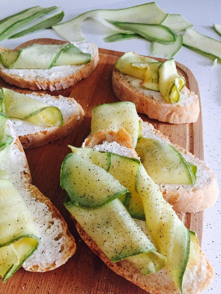 Questi crostini con zucchine possono essere preparati come antipasto come aperitivo oppure per una cena improvvisata!