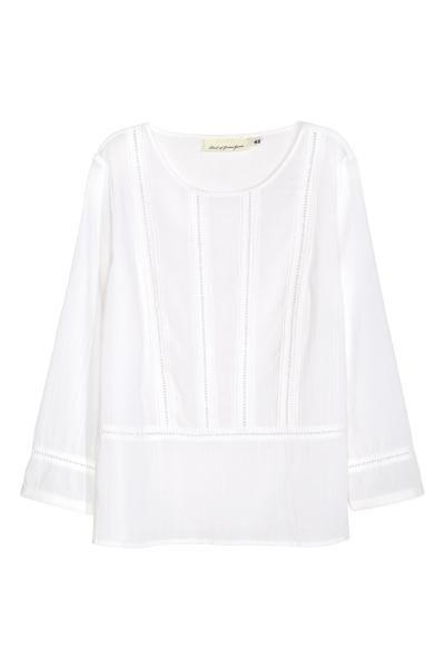 Jeansjasje: Een licht getailleerd jasje van elastisch, gewassen denim met slijtagedetails. De jas heeft borstzakken met een klep en een knoop, en een verstelbaar patje onder aan de zijkanten.