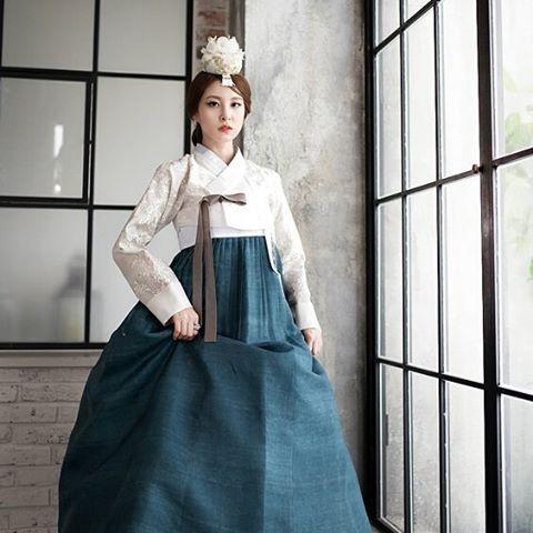"""#hanbok project #Photo by Derek Lee Sponsored by #w한복 . . . . #한복촬영 #한복디자이너 #웨딩한복 #웨딩한복대여 #결혼한복대여…"""""""