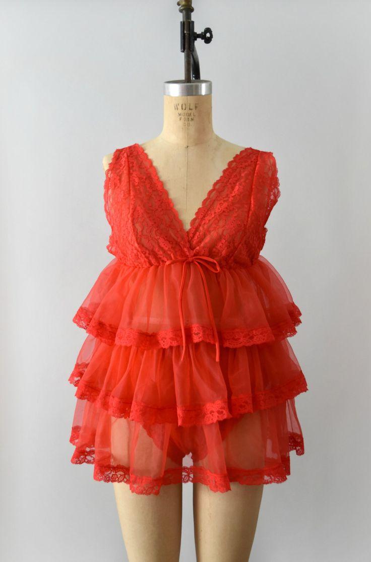 Schattig vintage 1960s mini babydoll en panty set, rode nylon en lace lichaam. Babydoll heeft een v-hals, kant buste en gedifferentieerd ruffle design. Overeenkomende slipje functies een stretch taille past en trek op ontwerp.  ---M E EEN S U R E M E N T S---  Pasvorm/grootte: kleine   Maker/merk: grootte van tags, maar geen maker gevonden Voorwaarde: uitstekend  - - - - - - - - - - - - - - - - - - - - - - - - - -  Instagram: sweetbeefinds Facebook: sweet bee vindt vintage