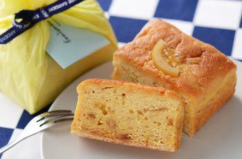 代官山の『エニスモアガーデン』の『レモンのパウンドケーキ』 国産有機レモンをふんだんに使った、爽やかな風味のケーキ。 身はもちろん皮まで使った贅沢なパウンドケーキです。 サイズは、レギュラーとハーフの2種類。 季節限定で今シーズンは8月で販売終了です。 写真からも伝わるしっとり感。 甘すぎない、パサパサしない一品です。