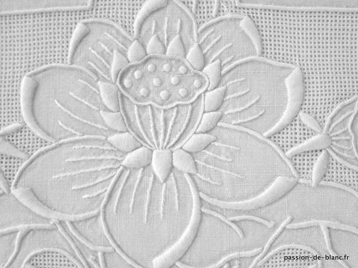 Articles vendus > Linge ancien de lit > LINGE ANCIEN / Belle parure comprenant 1 drap et 1 taie richement brodés sur toile de lin fin - Linge ancien - Passion-de-Blanc - Textiles anciens