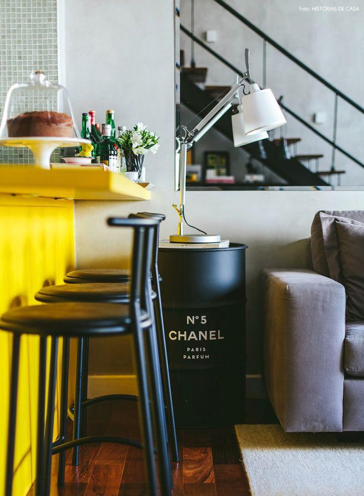 Blogueira de moda, a dona desse apê escolheu esse tonel da Chanel para trazer um toque fashion à casa.
