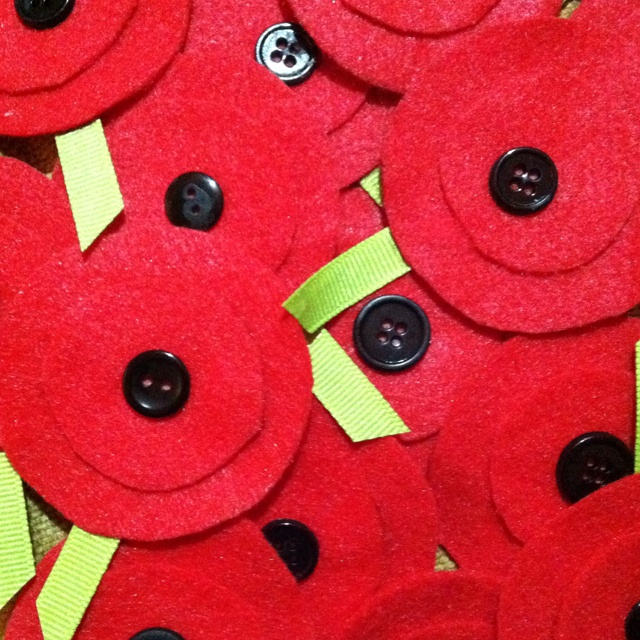 Easy DIY poppy pins for classmates on Veterans Day. Felt, buttons and ribbon.