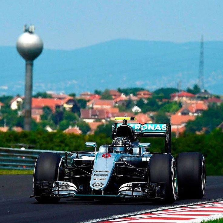 Mercedes-Benz F1 W07 Hybrid  O alemão @NicoRosberg largará na pole position do Grande Prêmio da Hungria no domingo. Ele bateu a marca de Lewis Hamilton na última bateria sendo beneficiado por um acidente com Alonso. O britânico é o segundo no grid seguido de Ricciardo. Felipe Massa não se deu bem: perdeu o controle do carro na saída da curva 4 e se chocou na barreira de proteção deixando a disputa. Ele larga na 18ª posição. Felipe Nasr caiu no Q2 e larga no 16º lugar. A corrida é as 9h…