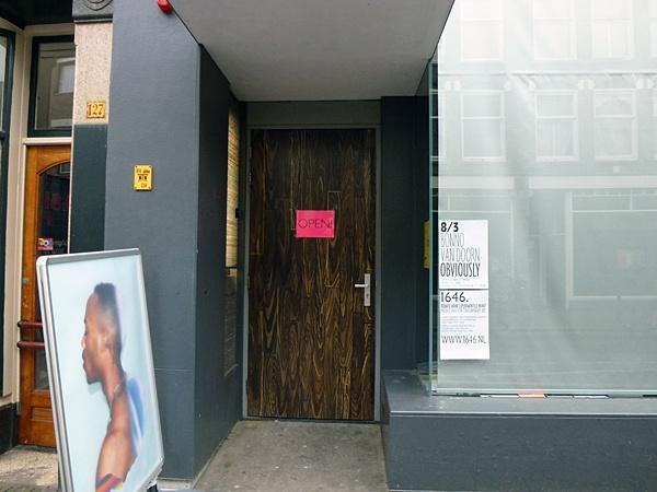 Bonno van Doorn @ 1646 - Den Haag | 'Van Doorn trekt zijn atelier/opslag leeg en stapelt werk en zooi letterlijk tot aan het plafond. Alsof je een kijkdoos binnenstapt. Volstrekt onbegrijpelijk, opmerkelijk stil en wonderschoon.' (doorklikken voor foto's) Recensie > http://1646.nl/images/844.jpg
