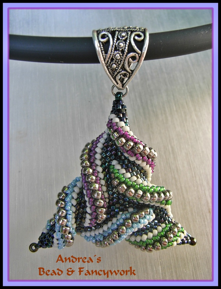 Andrea's Bead & Fancywork: Totally Twisted the 2nd  How does she do that?!!