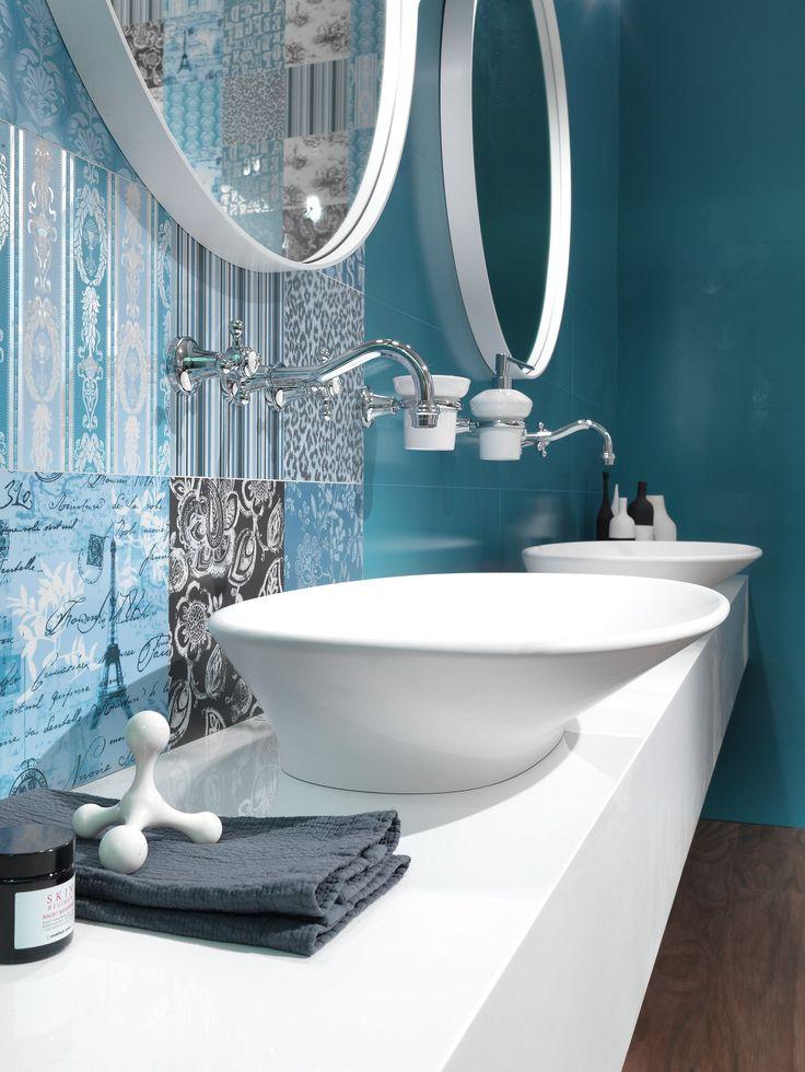 A fehér szaniterek különösen jól mutatnak a kék enteriőrben.