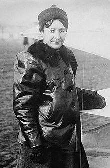 Marie Marvingt ( 1875-1963) Première femme à voler au combat en 1915. Sportive infatigable ayant participé au Tour de France, elle est,  à ce jour,  la femme la plus décorée de France avec ses 34 médailles. Elle parlait 7 langues. Elle est demeurée une femme sans enfant.