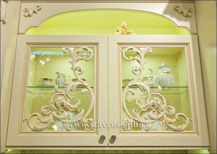 Резные накладки из дерева, украшающие витрину кухонного гарнитура. Carved wood decorating the window of the kitchen.
