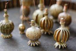 dried poppy pods decorations. Aus getrockneten Mohnkapseln entstehen filigrane O…