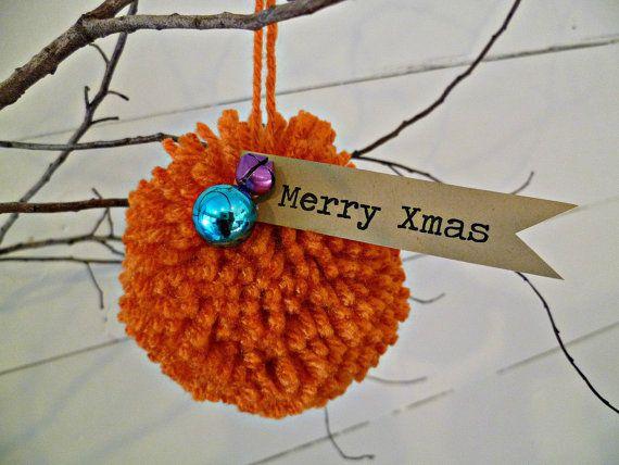 Uw keuze van elk 3 pom pom ornamenten in mijn winkel. Veel!!! Geef pom pom kleuren in de toelichting bij de verkoper bij de kassa!  Merry Xmas!  Deze gelukkige handgemaakt garen pom pom sieraden (die meet ongeveer 4,5 diameter) zijn versierd met een kleurrijk jingle bell, miniatuur sieraad en een handgemaakte kraft papier tag.  Hang ze in een deuropening, op uw kerstboom, op een deurknop, van uw kroonluchter, hang ze overal :)  Deze pom pom sieraden zijn gemaakt en gereed voor verzending. Ze…