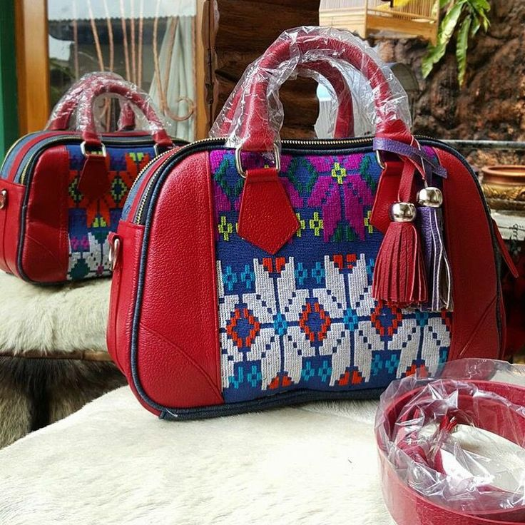 #handbag#tenun#buna#ntt#ethnic#handmade   - Ukuran: 32 x 14 x 20 cm. - Bagian dalam: Suede, 2 saku Hp, saku resleting samping.  - Tutup tas: Resleting. - Tali panjang +/- 93 cm.  - Kulit: Asli