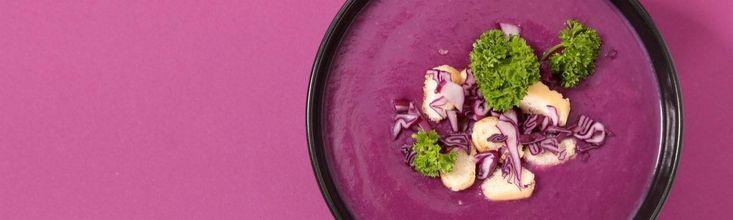 Nagyon egyszerű, olcsó, istenien finom és elképesztően szép levest főzhetünk lila káposztából. A leginkább csak párolva, zsírosabb húsok köreteként párolt zöldség levesnek is remek!