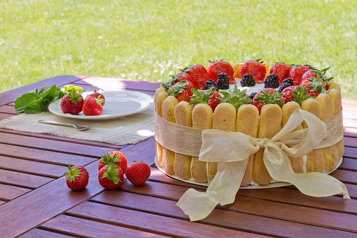 Exquisita receta paso a paso de Charlotte de Queso con Fresas y Moras, un postre francés muy conocido y delicioso, para que la disfrutéis!!