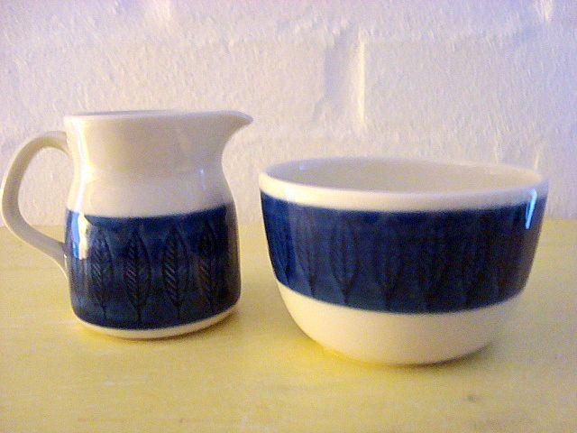 "RÖRSTRAND ""Blå Koka"" - HERTHA BENGTSON - 1956-88. Cream jug and sugar bowl/flødekande og sukkerskål. #trendyenser #rörstrand #blåkoka #herthabengtsson #swedishdesign #retroporcelain #dinnerware #cream #sugar  #flødekande #sukkerskål from www.TRENDYenser.com. SOLGT/SOLD"