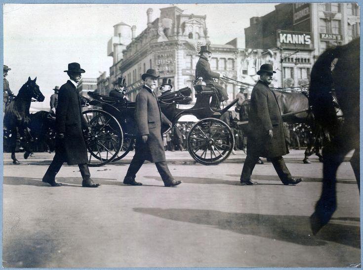 Теодор Рузвельт проезжает по Пенсильвания-авеню в Капитолий, 4 марта 1905 года. (Фото из Библиотеки Конгресса).