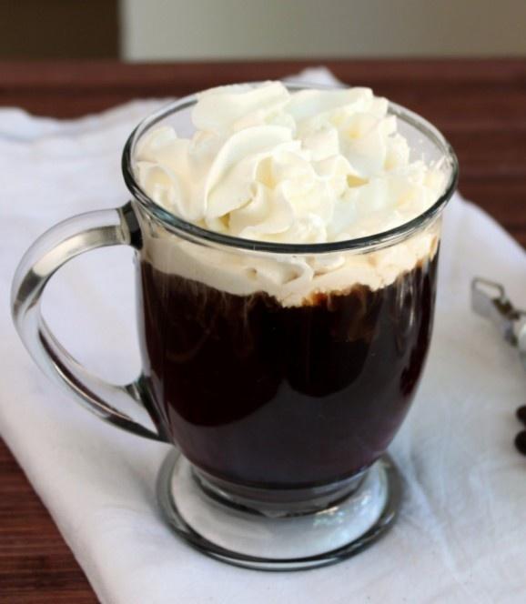 Café Jamaiquino: Colocar en el fondo de una taza 3/4 de oz de ron, 3/4 de oz de licor de café, vertir café negro y decorar con crema chantilly. Mmm...