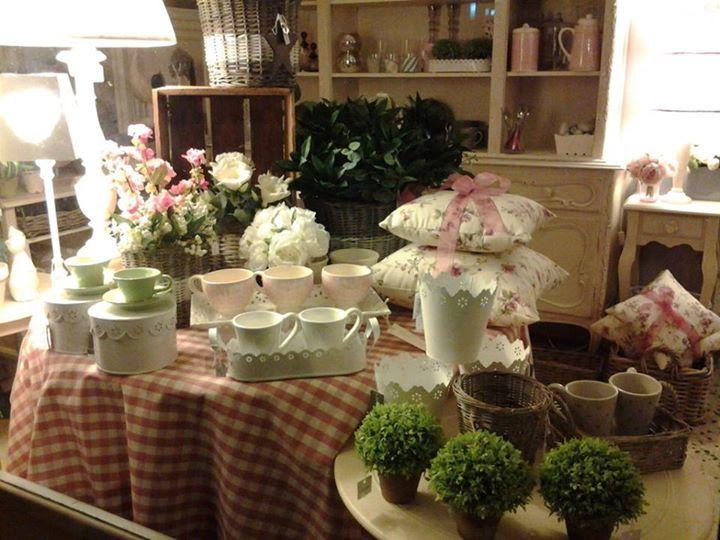 tavola di primavera verde e rosa