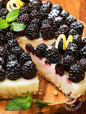 La Torta fredda alle more: una base croccante farcita con deliziosa crema al limone, fresca e delicata. Ottima come dessert estivo.
