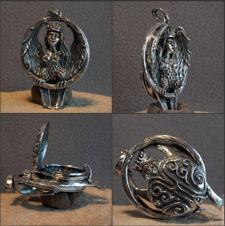 Купить или заказать Медальон 'Сирин' в интернет-магазине на Ярмарке Мастеров. Тяжёлый серебряный медальон с тайником. Диаметр круга 40 мм, полная высота 53 мм, толщина 15 мм. В единственном экземпляре, повтор невозможен. --------------------- Сирин (др.-русск. сиринъ, из греч. «сирены») - в древнерусском искусстве и легендах райская птица с головой девы. Считается, что Сирин представляет собой славянский образ греческих сирен.