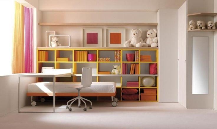 Kinderzimmer mit Wandregalen und Ahorn-Schreibtisch