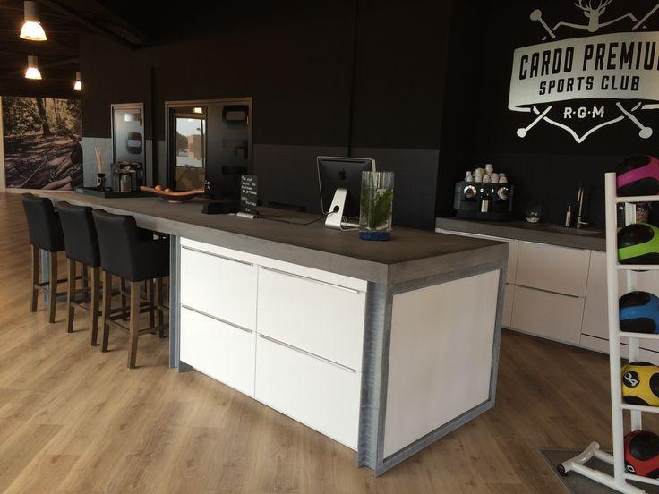 Terrazzo-Betonnen blad op de coffee pentry, passend bij het multifunctionele bar blad.