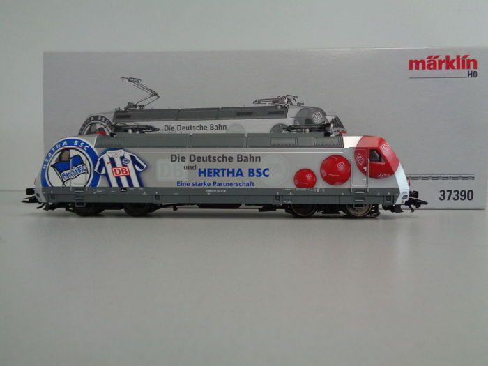 Märklin H0 - 37390 - Multifunctionele locomotief BR 101 'Herta BSC' van de DB  Märklin H0 - 37390 - Multifunctionele locomotief BR 101 'Herta BSC' van de DBBedrijfsnummer: 101 144Met Digital-decoder mfx geregelde hoogvermogenaandrijving Softdrive-Sinus en soundgenerator. Onderhoudsarme motor in compacte constructie . 2 assen aangedreven 4 antislipbanden. Driepuntsfrontsein met LED's wisselt met de rijrichting en schijnwerpers digitaal schakelbaar. Verlichting met onderhoudsarme warmwitte…