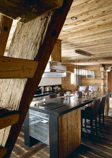 Ce petit chalet dispose d'une cuisine parfaitement équipée en accord avec le style rustique et montagnard.