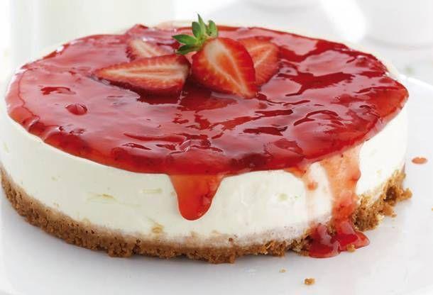 Γλυκό Cheesecake με ανθότυρο, γιαούρτι και φράουλες διαίτης που θα σας ξετρελάνουν.. Υλικά: 100 γρ. μπισκότα, τύπου Πτι Μπερ ή digestive 50 γρ. λιωμένο βούτυρο Για την κρέμα: 350 γρ. ανθότυρο 4 κ.σ. μέλι 25 γρ. μαύρη ζάχαρη 150 γρ. άπαχο γιαούρτι 1 λεμόνι, ξύσμα & χυμός 3 φύλλο(α) ζελατίνης 3 ασπράδια αβγών Για τη