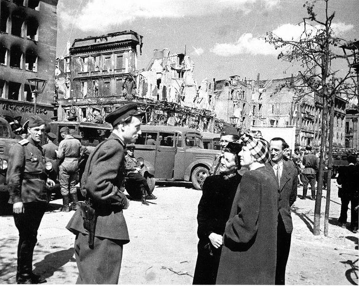 1945, Allemagne, Berlin, des soldats Russes parlent avec des civils | by ww2gallery