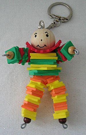 Leuke sleutelhanger voor Vaderdag, gemaakt van een lijfje van ijzerdraad ( beentjes,lijfje= ijzerdraad ineen draaien en daar dan houten kraal boven op. Armpjes horizontaal door het lijfje/nekje steken) = knutselfoam