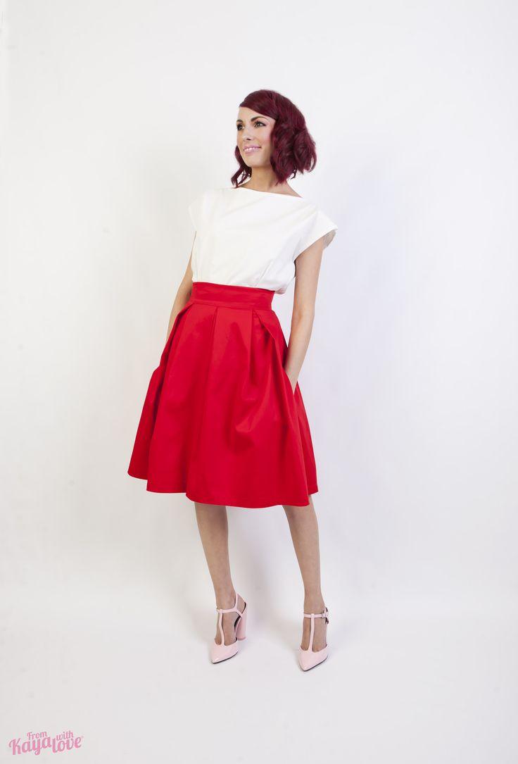 Sukně Red one Sukně se sklady. V bočních švech kapsy, zapínání na skrytý zip. Délka 62 cm. Materiál 97% bavlna + 3% elastan. Velikost XS (pas 68), S (pas 72 cm), L (pas 80cm)