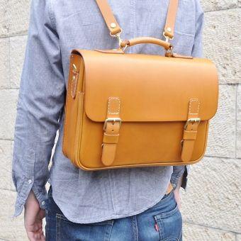 シンプルな盤面、半かぶせを前ベルトの差し込み金具で留めるタイプの横長な鞄。前ポケットもマチ付きで、さっと荷物が入れられます。短めのストラップでななめがけもオススメです。