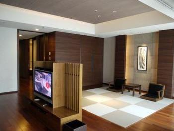 リビングスペースと和室部分の壁をあえて作らずに木目の和テイストなテレビラックで間仕切り。天井部分に開放感を出して、お部屋を広く見せることのできるテクニックです。