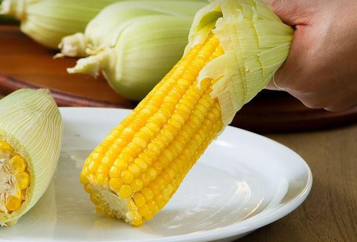 Amigas, olhem que praticidade este milho cozido no microondas! Fica pronto bem rapidinho. Ingredientes:  1 sabugo limpo de milho verde Plástico filme para alimentos Sal Manteiga  Modo de