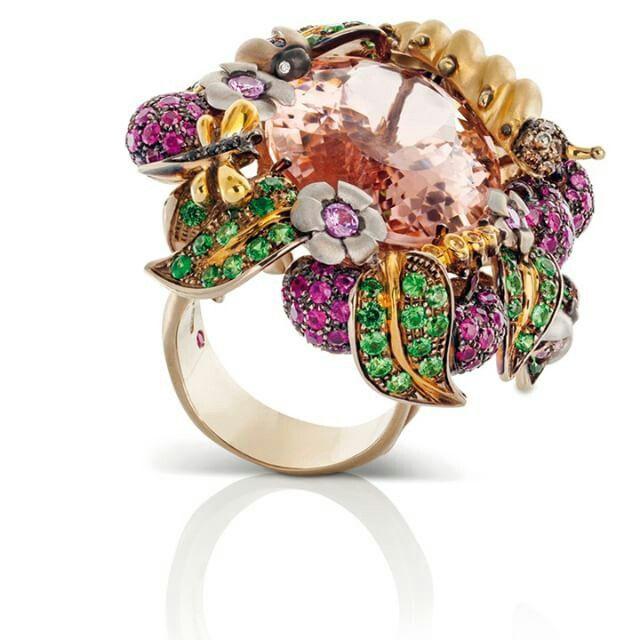 Roberto Coin propone Garden Collection con un anello in oro giallo e brunito satinato con diamanti bianchi e brown, morganite, granato verde, rubini, ametiste e zaffiri neri e gialli