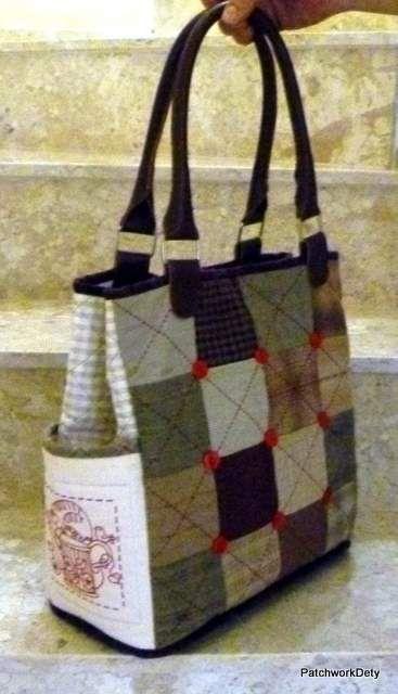 Fiz esta bolsa com tecidos japoneses, que tem uma textura bem diferente. Ela é simples, mas muito prática, tem bolsos dentro e fora. Vejam que usei um bordado no bolso externo. Usei também alças de co...