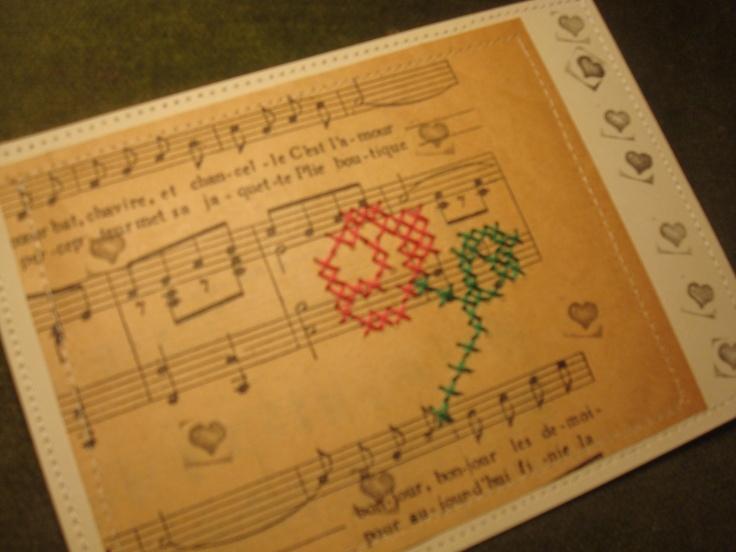 kaartje met oud muziekpapier en geborduurde roos