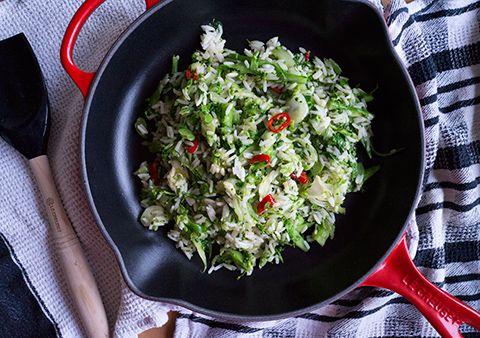 """Le verdure Jiggy di Jamie - Ricetta tratta dal blog di Sonia:""""http://www.nelpaesedellestoviglie.com/"""" - Padella con doppio becco in ghisa smaltata colore rosso @LeCreusetItalia #food #rice #veggies #vegetarian #riso #green #red"""