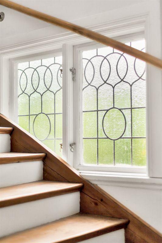 Vackert blyinfattade fönster i trappa
