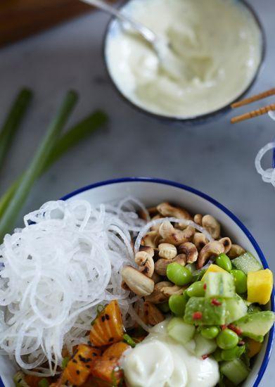 Svetta råriset i kokosolja tillsammans med finhackat citrongräs och hela limeblad.  Tärna laxen och blanda med skivad salladslök, sesamolja, saffran och...