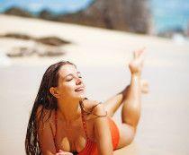 kobieta na plaży shutterstock