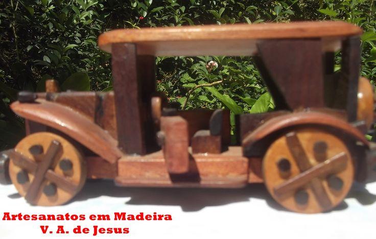 Carro Antigo Tem 20cm de comprimento e 8x8cm de altura e largura. Com portas que abrem e rodas que giram normalmente.