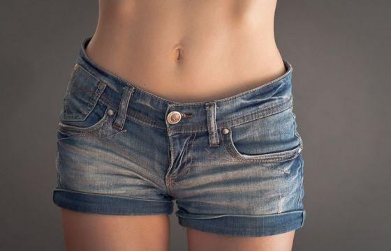 Come avere la pancia piatta con la giusta dieta, il corretto allenamento e gli esercizi mirati per dimagrire sulla pancia
