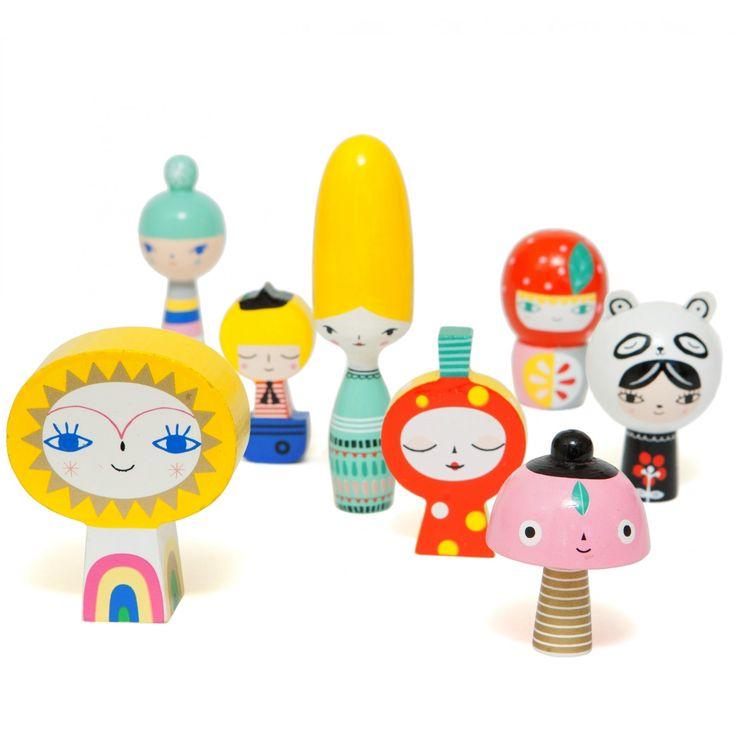 """""""Mr Sun & Friends"""" Γνωρίστε την παρέα που αποτελείται από 8 διαφορετικές ξύλινες κούκλες.  Είναι χειροποίητες από χονδρό ξύλο και ζωγραφισμένες στο χέρι.  Έτσι η κάθε κούκλα είναι και μοναδική, καθώς ενδεχομένως να διαφέρει από την άλλη.  Η μεγαλύτερη κούκλα έχει ύψος 12 εκ"""